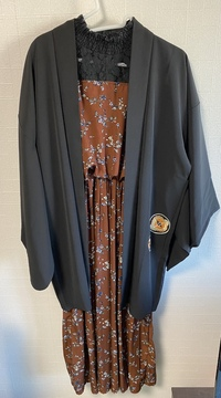 この服装変ですか?  大1女子です。 和洋折衷?というのでしょうか、そういう服装してみたいなーと思っていた矢先、安く羽織が売っていたのを見かけて衝動買いしました。 合いそうな洋服を買いに行く前に、早...
