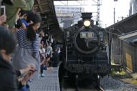 JR九州と人気アニメ「鬼滅の刃」がコラボした臨時列車「SL鬼滅の刃」が本日、鳥栖駅にやってきましたよ? この臨時列車は、同アニメの映画で登場する列車をイメージしたものでしょうか?  家族連れや同アニメのフ...