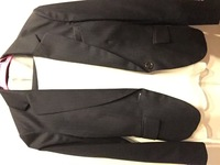 お宮参りの服装なのですが、このスーツでも大丈夫でしょうか? 写真わかりづらいですが、黒に近い濃いネイビーで、薄いストライプのパンツスーツです。 何用に買ったか忘れてしまい、お宮参りにも着ていけるか分...