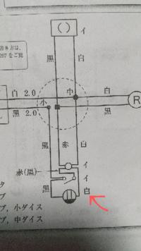 第二種電気工事士の実技の複線図について質問いたします。過去問のNo.10です。 画像の赤い矢印の部分は渡り線の「白」となっていますが、黒ではいけないのですか?