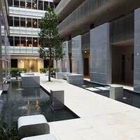 高級マンションやレストランのエントランスにある浅いプールのようなスペースについて。 画像を添付しましたが、このようなスペース(設備)のことを、何というのでしょうか。 よろしくお願いいたします。
