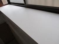 このような出窓の天板を白く塗装したいです。どの塗料や塗装方法が良いでしょうか? 出窓は日が当たり、結露もあり、天板が痛みます。耐久性を出すために良い方法を教えてもらえたらうれしいです。  できれば、現行の白い塗料の上から塗りたいです。塗料の下は木です。