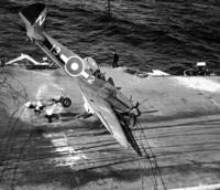 帝国海軍艦上機の着艦時の事故写真などをご存じでしょうか? 米英などの戦中・戦後のレシプロ機艦上機の着艦事故の写真は、ネットなどにも数多く公表されています。着艦制動策やバリヤーのワイヤーロープ(鋼索)...