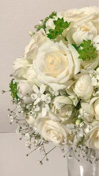 このブーケに使われている花と緑の名前を教えてください。 白バラとかすみ草は分かるのですが、それ以外の白い花と緑の名前が分かりません。  どうぞよろしくお願いします!