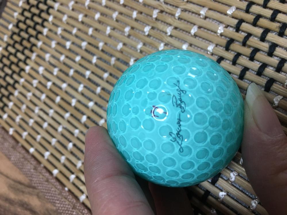 このゴルフボールのピンクが欲しいのですが、メーカーが読めず苦戦しています。 現行で販売していないかもしれませんが、何かご存知の方いらっしゃいましたら教えてください。