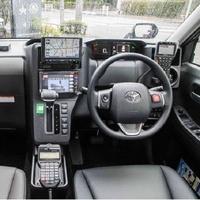 タクシー乗務員でジャパンタクシーに乗務をされている方にお伺いをいたします。 ・ ジャパンタクシーの運転席ですが、実際に乗務をされていてクラウンと較べると「狭く」感じることはないでしょうか。 ・ いかがでしょうか。