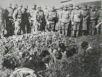 南京大虐殺の肯定派の中で説得力が無いと感じた人はいますか?  ・  私はあります。 一番下の写真は南京大虐殺の証拠写真で、生き埋めしようとしている5人の中国兵を周りの日本兵が笑いながら見ているという写真...