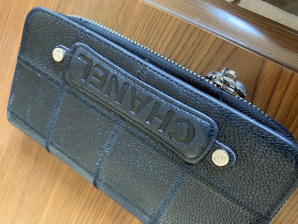 質問です。 詳しい方お願い致します! CHANELチョコバー?の ラウンドファスナーの長財布って ありますか? ファスナーでは無いものしか 見たことがなくて、、 本物かわかる方お願い致します。