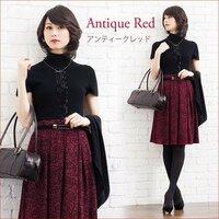 若い女子の秋の服って、焦茶や黄土色、ボルドーワイン色、紅色などの色合いは、紅葉に合わせているんですか?
