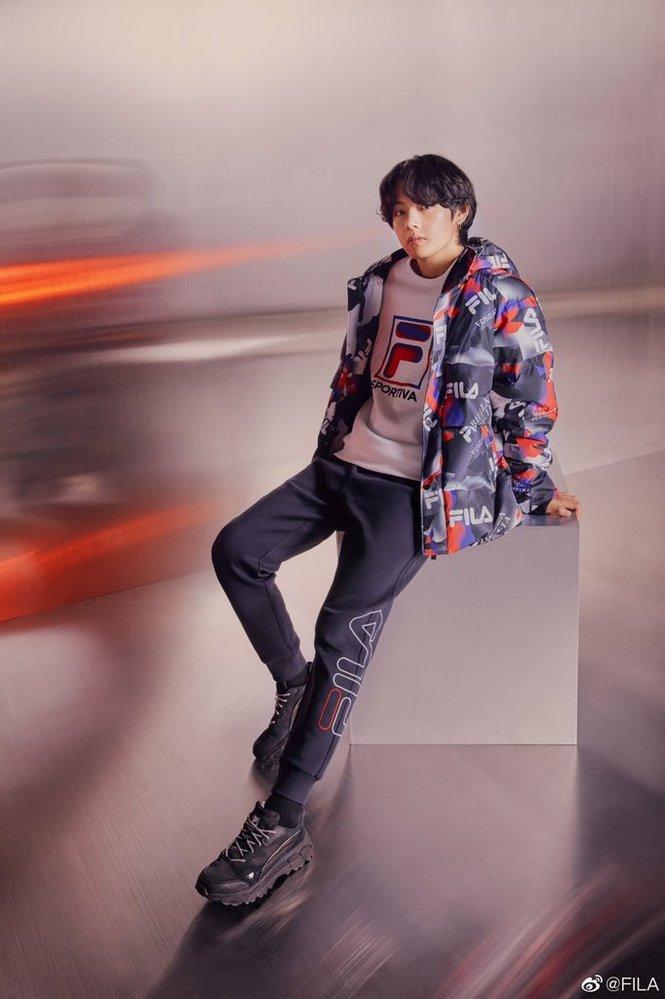 BTS テヒョンが履いているこのズボンが欲しいのですがfilaのサイトやQoo10でも見つかりません…どこで購入できるのか知っている方がいれば教えてい ただきたいです よろしくお願い致します!...