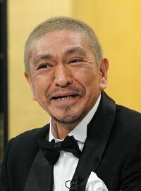 ダウンタウンの松本人志さんと明石家さんまさん、お笑いタレントとして偉大なのはどっちだと思いますか。