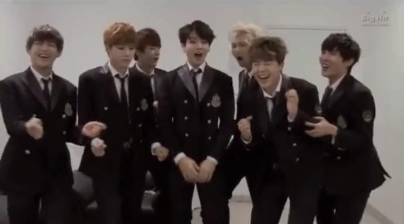 BTSのこの写真はいつのものでしょうか? メンバーがノリノリで歌っています