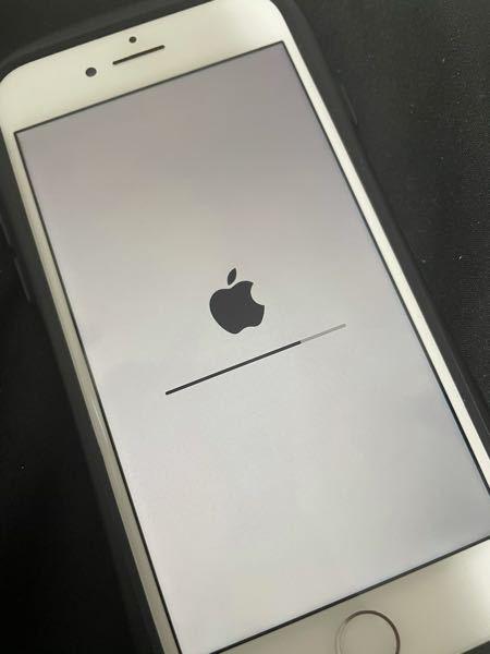 iPhone8を下取りに出してもらう為に初期化したのですが、かれこれ1日ほどこの状態です。 ホームボタンも電源ボタンも普通に押せてししまいます。 壊れてしまったのでしょうか??