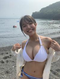この画像の池脇千鶴は、 太って見えます。  太るメイクをして、こうなのですか? まさか、素ですか?