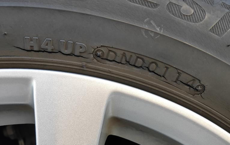 タイヤが写真のようなひび割れの状態だと交換したほうがいいですか? どれくらい持ちます? 交換する場合何円くらい? \(^o^)/