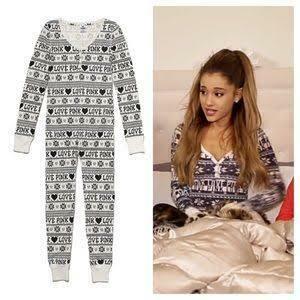 このパジャマ買えるところ知りませんか アリアナグランデがサンタテルミーのpvできてたものです