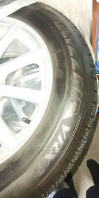 エクストレイルのスタッドレスタイヤについて質問です。 19年式ハイブリッドで、今は履いているタイヤサイズが225/65R17です。 スタッドレスタイヤの装着を考えていたところ、友人からもらえることになりました。 ブリヂストンのブリザックVRX2の、215/60R17のホイール付きスタッドレスタイヤなのですが、装着は可能でしょうか?  タイヤ初心者のため、よろしくお願いいたします。