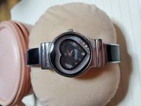 この時計のメーカーや型番が知りたいです。 かなり前に人から譲り受けたものなのですが、電池がなくなってしまったのか動かなくなってしまいました。 電池交換をしようと思っているのですが、ふと「これってどこ...