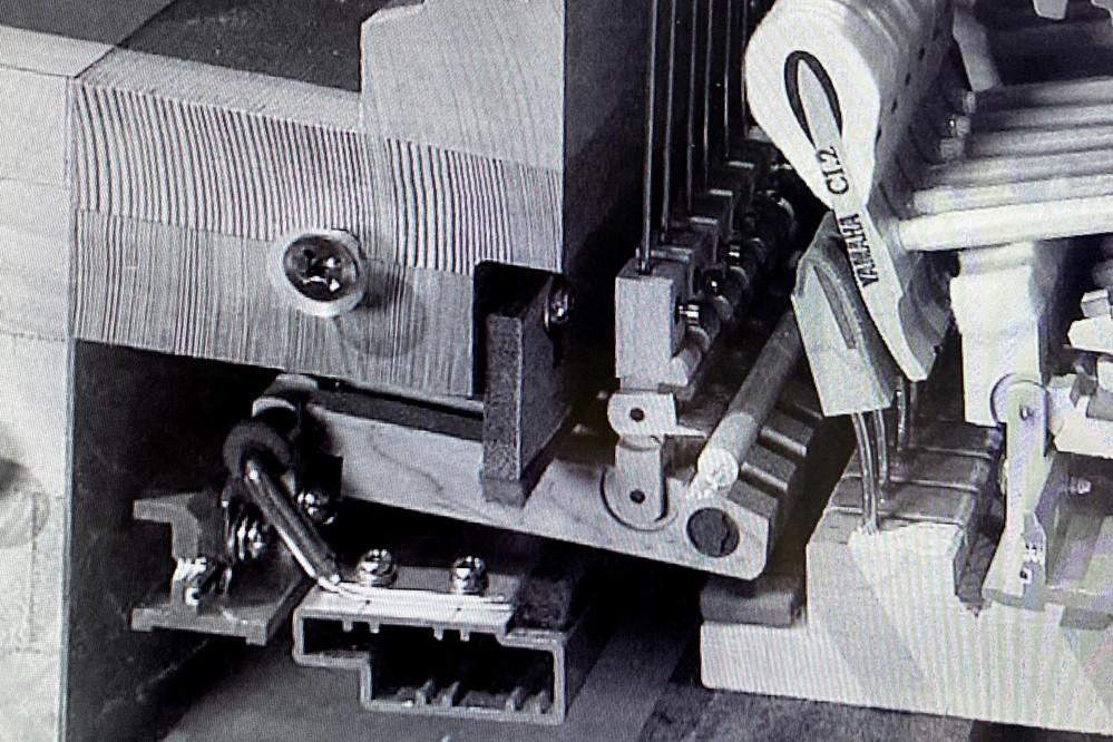ヤマハグランドピアノのダンパーレールの部品について。 あるテレビ放送でヤマハグランドピアノアクションのカットモデルが映る場面がありました。ここに見えるダンパーレールのフレンジ部分がカットモデル用...