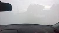 朝、このような状態になってます。 凍ってはないのですが、水分を含んだ真っ白な曇りです。 皆さんはどのように、乗るときにしていますでしょうか?  ワイパー使わず、暖房をフロントガラスに当て続けていたら、...