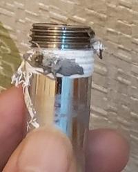 止水栓のニップルより水漏れしたいまして、外したところ、ネジ山に巻いたシールテープが押されたようで、 全然残ってない部分がメスネジに入っていた部分だと思いました。 これはシールテープの巻きすぎでしょうか?
