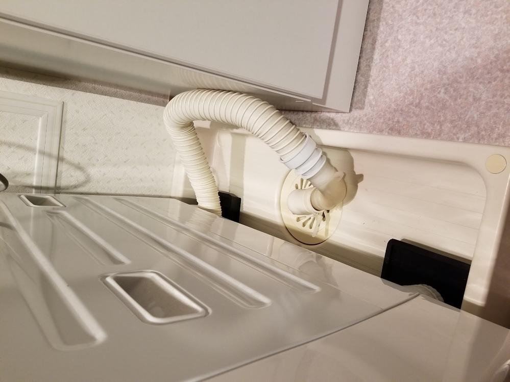 洗濯機の排水のつなぎ方、これだと逆流しますか? 少し上方向になってしまっているのですが、これだと駄目でしょうか? これ以上取り回しができず、上にいかないようにするにはジャバラをカットしなければい...