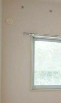 賃貸の部屋に最初からあるエアコン設置用のホース穴と室内機設置用の何かだと思うのですが(上の2つの点)、 この2つの点は穴ではなく ボルトになっているのでしょうか?  そのボルトを外して室内機添付板を付けて その上からボルトを締めれば 添付板が固定される仕組みですか?