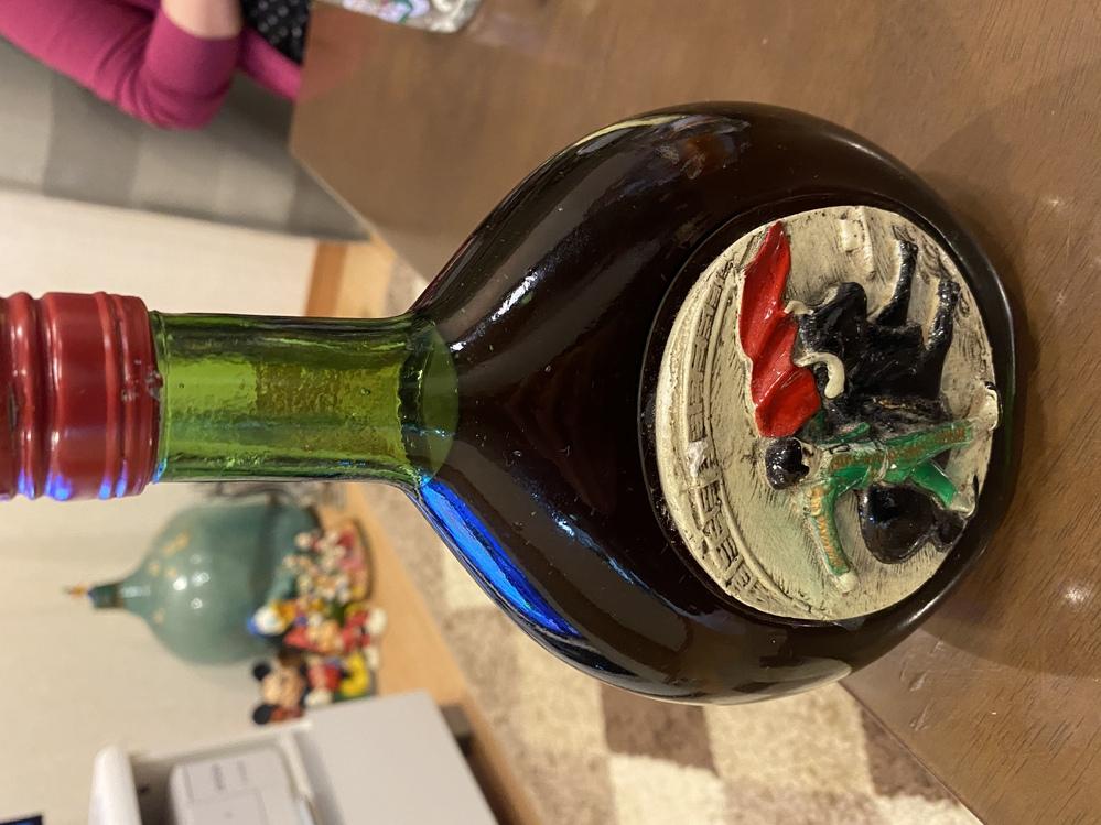 写真のお酒が、一体何のお酒かご存知の方教えてください。 ラベルやロゴなども一切ないです。 宜しくお願いします<(_ _)> #酒