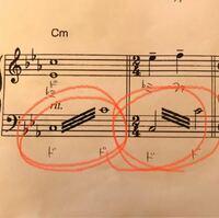 ピアノ楽譜の読みたか質問です。 これってどういうことでしたっけ? 左側のはドから上のドにダラララッって手でやるやつですよね…?でしたっけ? 右のやつはどうすればいいんですか。 お願いします。