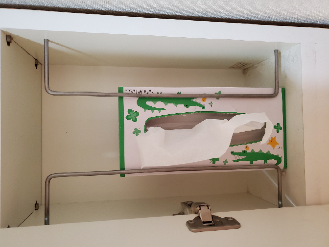 うちの洗面台なのですがよく分からない収納部分があります 写真のところなのですがここはどのように使うべきなのでしょうか? とりあえず箱ティッシュを入れてますが全然サイズも合わず使いづらいです 他に...