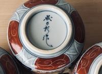 陶器 裏印 窯印について教えて下さい。 食器整理につき、 裏印「義太郎? 」の字のように見えますが、この食器の窯元がわかりません。 飯器(陶磁器、古伊万里写しの染錦?の綺麗な絵付けがされています。有田焼のよ...