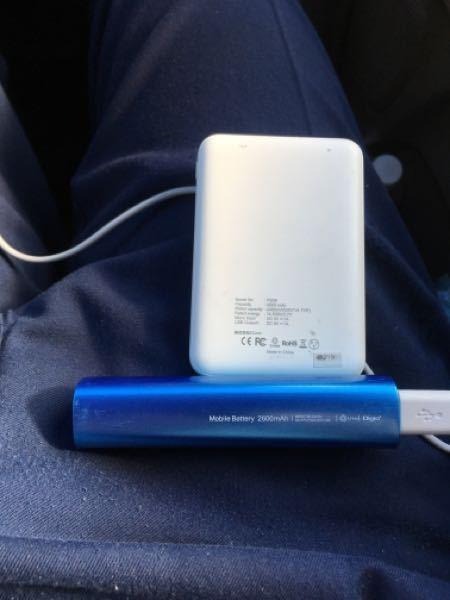 モバイルバッテリー メガネドラックで 1800円 下の青いの DAISOで、500円 上の白いの 充電は 安いのに DAISOの安い方が沢山充電できます。 安いって事は 何か危険ありますかね? よく
