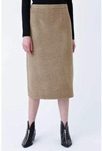タイトスカートのコーデについて質問です。 このようなウール素材できれいめなタイトスカートと、プルパーカー?ってあうのでしょうか?  あう場合、足元はパンプスとブーツどちらがいいのでしょうか。