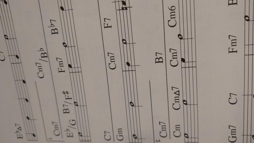 このようなコードの指定が二通りある場合はどのように演奏すれば良いのですか? 上がテーマで下がアドリブ又はその反対ですか? 詳しい方教えて下さい!