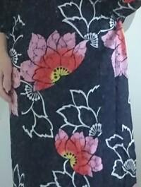 浴衣の柄について  画像の浴衣に描かれているお花はなんと言うお花か分かる方いらっしゃいますか? あと、こちらの浴衣の印象(イメージ)を教えて下さい。 よろしくお願いいたします。