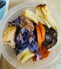 紫キャベツ、ジャガイモ、人参、玉ねぎ、茄子、トマトのオーブン焼きの写真です。 タッパに入っています。  大体何キロカロリーくらいか教えて頂けますか?  473mlのZiplocの容器に入ってます。(縦:118mm 横:11...