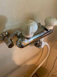 洗濯機の混合水栓について 15年ほど前に前の洗濯機を買った際、 洗濯機が水をお湯にしてくれる機種だったため 取付業者さんがお湯の方を閉めていってくれました。  今回、水をお湯にする機能がない洗濯機にしたの...