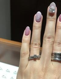婚約指輪0.3カラットは小さいのでしょうか?  婚約指輪と結婚指輪が欲しくて、何軒かジュエリーショップをまわりました。 (4℃、ティファニー、ダイヤモンドシライシ、アイプリモ等)  その時1番最初に行った...