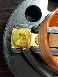 電気工事士の実技について質問です。 ランプレセプタクルの芯線が少しはみ出ているのですがこれは欠陥でしょうか? 改善方法などを教えて頂けると幸いです。  ※赤い丸のところです。