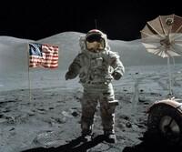 アポロ11号による月面着陸捏造論をどう思いますか? ①風のない無重力空間なのになびいた旗。 ②無数にあるはずの星が見えない。 ③二人で歩いている姿の影の方向や長さが違う。