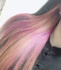 美容院でインナーカラーをピンクでオーダーしたらすごくムラになってしまったんですがどうしたらいいですか?( ; ; ) 3年半前にブリーチ1回して茶髪に染めその後黒髪指定のアルバイトを始めた為黒染めではない(...
