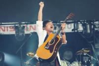Mr.Childrenの桜井和寿さんに憧れてギターを始めたいのですが、なるべく桜井さんの使っているギターに近くて安価なギター(アコースティックギター)を使いたいです。 おすすめのギターがあったら教えてください