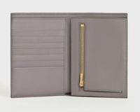 CELINEのお財布を買おうと思っているのですが、使い心地が知りたいです。 10.5×14.0のサイズの物を検討しているのですが、お札を入れるところが深くて少し使いにくいのかな?と思ったり、、。 また小銭入れを開いた写真が見つからないため仕切りがついているのかも知りたいです!  すでに使用されてる方がいらっしゃい ましたら、ぜひ使用感を教えてください ♀️