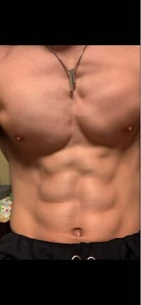 高校生男子です。筋トレを始めたのですが左の胸筋がどうしても小さくて。右と差が出てしまいます。どうしたらいいでしょうか?