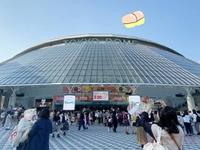 幽霊や霊感を信じてる方に質問です。 東京ドーム の収容人数は、55000人だそうです。 その中の一人だけが、東京ドームの中や空を、おしりの 浮遊霊みたいな幽霊が飛んでると一人だけが言ったとして、 それを信じますか?