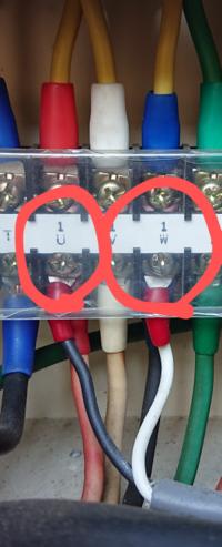 3相200Vから2線取り出すと単相200Vとして使えるんですか? 私は2種電気工事士程度の知識しかありませんが疑問に思ったので質問します。 給水設備にて、給水用の水中ポンプがあり電源は3相200Vです。 その電源線から2本を取り出し、塩素注入機の電源として使っています。 塩素注入機は単相の100/200V用の記載がありました。 同じ200Vでも単相と三相では種類が違うと思うのですが、単相の機...