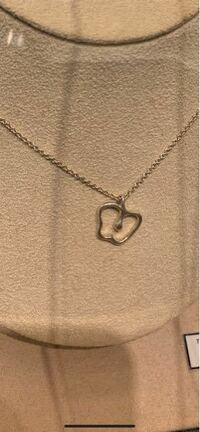 ティファニーのこのネックレス プレゼントとしてどう思いますか。  これか普通のティファニーのよくあるハート形とかちっちゃいダイヤのものとかと迷っています。