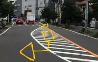 画像のような場所で、黄色線を越えて導流帯(ゼブラゾーン)で右折待ちをするのは、道路交通法的に問題ありますか? ※黄色矢印の先に右折できる場所があるとして  詳しい方回答よろしくお願いします。