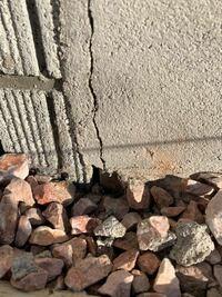 家の基礎のひび割れについて詳しい方、アドバイスをお願いします。 戸建てに住んでおり住み始めて3年目になります。 今朝、ゴミ捨てに行った帰りにふと家の外壁を見ていたら基礎部分にひび割れを見つけました。 ...