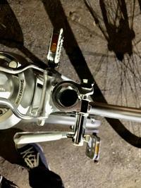 ① 下記の自転車のシートクランプをシートピンでネジ止めした状態のものを、そのまま取り外して新品に付け替えようと思います。 そのための部品は添付のようなものでよろしいでしょうか。  ②シートクランプごと、クイックレバーに付けかえることはできますか?  ブリヂストンのシティサイクル(ハンドルが曲がっているタイプ)のシートピンが、ネジ山が潰れたのか回らなくなりました。画像の様なもので、ネッ...